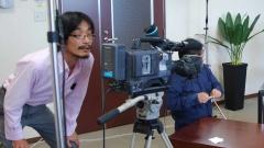 インタビュー収録を行う映像制作スタッフ